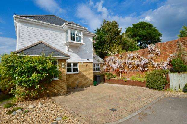 3 Bedrooms Detached House for sale in Stable Close, Langley Vale, Epsom, KT18