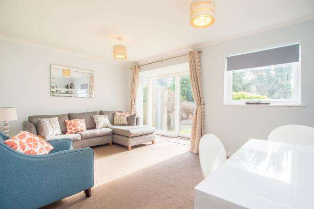 2 Bedrooms Flat for sale in Portsmouth Road, Thames Ditton, Surrey