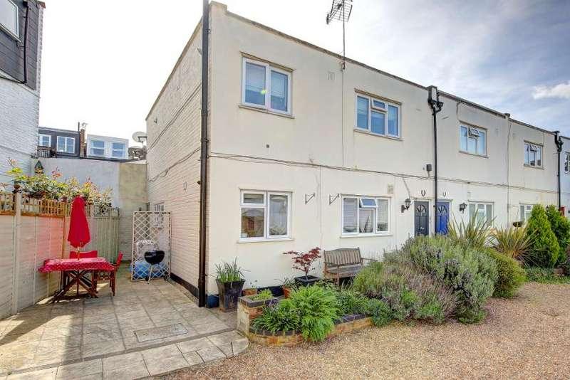 2 Bedrooms Flat for sale in Mountbatten Mews, London SW18