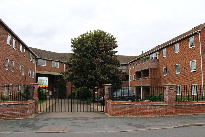 3 Bedrooms Flat for sale in Fairlawns, Newmarket