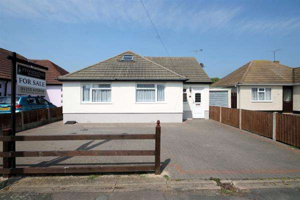 3 Bedrooms Bungalow for sale in Park Square East, West Clacton