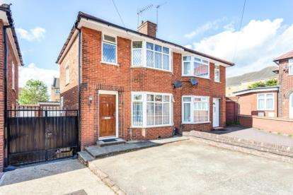 3 Bedrooms Semi Detached House for sale in Brinkburn Close, Edgware