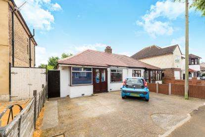 2 Bedrooms Bungalow for sale in Mawneys, Romford, Essex