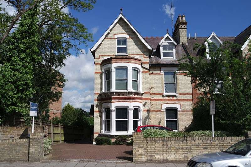 3 Bedrooms Flat for sale in Station Road, New Barnet