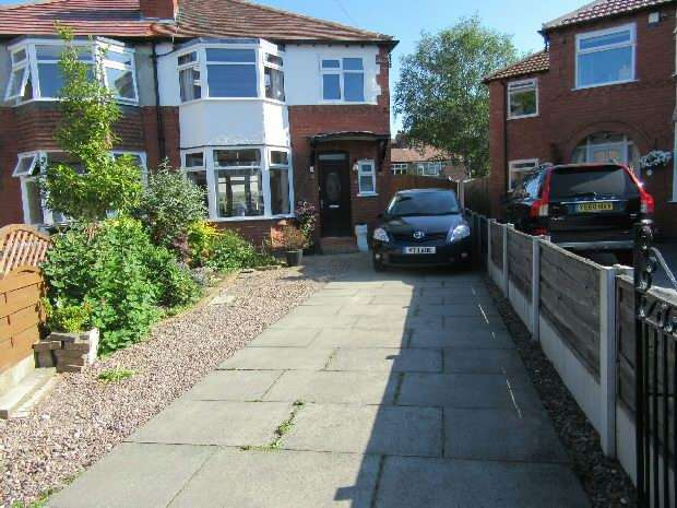 3 Bedrooms Semi Detached House for sale in Woodville Drive, Sale