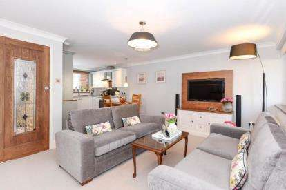 2 Bedrooms Maisonette Flat for sale in Tamar Square, Woodford Green
