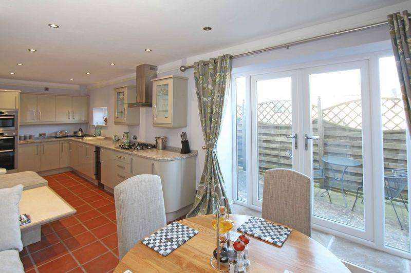 3 Bedrooms Semi Detached House for sale in The Green, Ketton