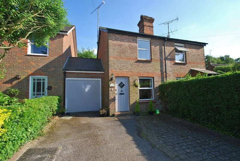 2 Bedrooms Semi Detached House for sale in New Road, Penn, HP10