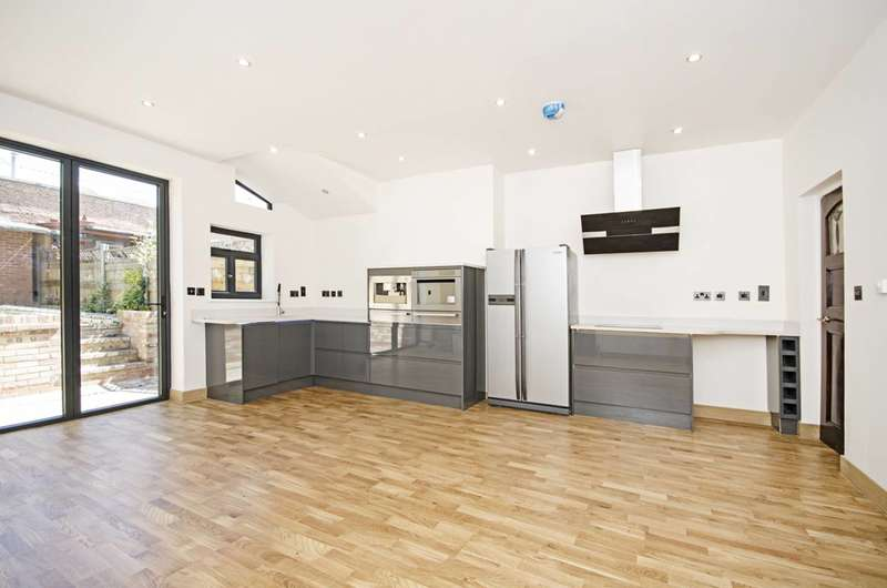 3 Bedrooms Flat for sale in Colney Hatch Lane, Friern Barnet, N11