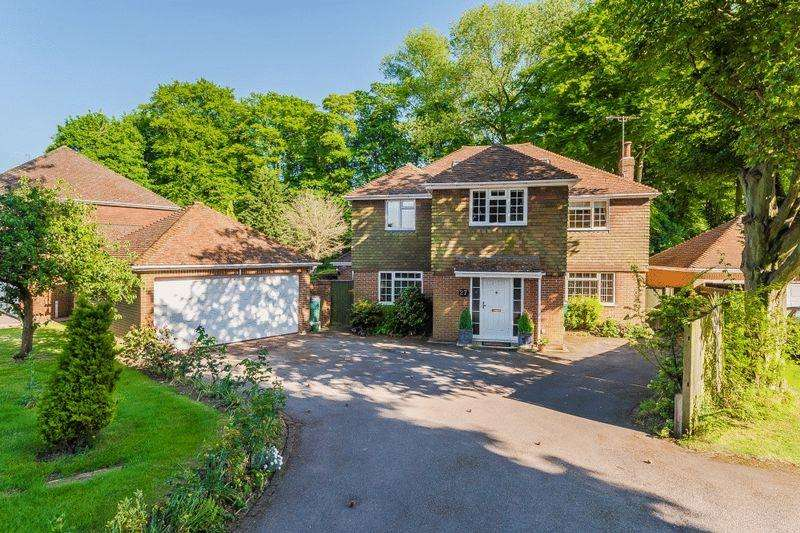 6 Bedrooms Detached House for sale in Knights Templar Way, High Wycombe.