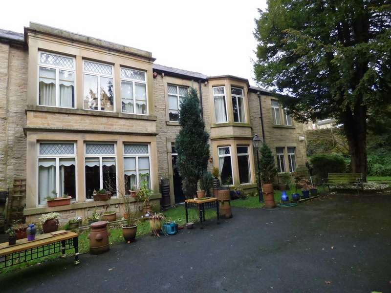 5 Bedrooms Semi Detached House for sale in Hawkshead Road, Glossop, Derbyshire, SK13