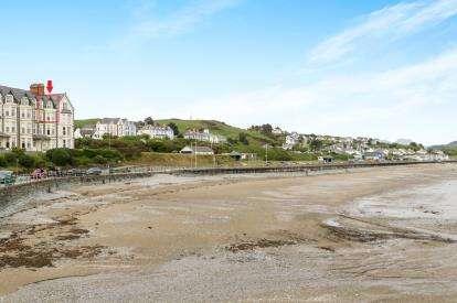 3 Bedrooms Flat for sale in Glanislwyn, Beach Bank, Criccieth, Gwynedd, LL52