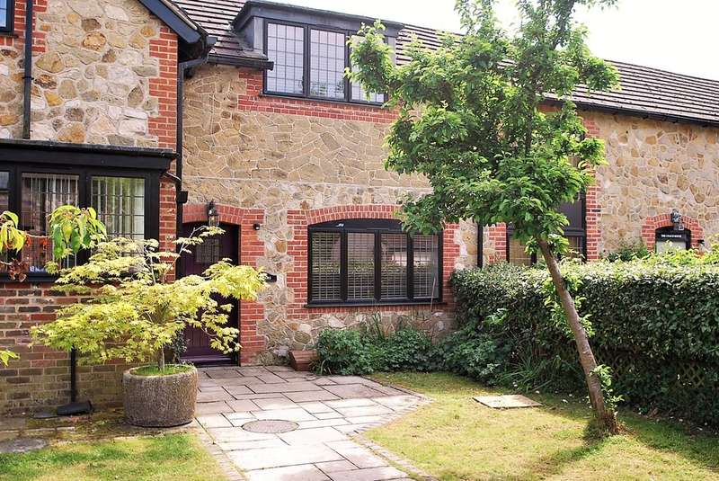 2 Bedrooms Mews House for sale in Stangrave Mews, Godstone.