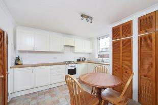 4 Bedrooms Flat for sale in Wallis Close, London