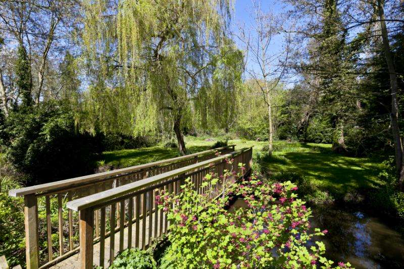5 Bedrooms Detached House for sale in Addlestone Road, Addlestone, Surrey, KT15