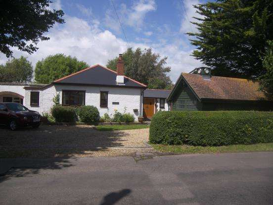 3 Bedrooms Bungalow for sale in Hambrook, Chichester, West Sussex