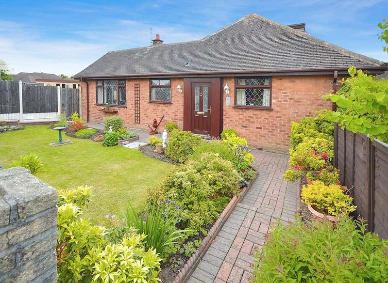 3 Bedrooms Semi Detached Bungalow for sale in Combermere Close, Cheadle Hulme