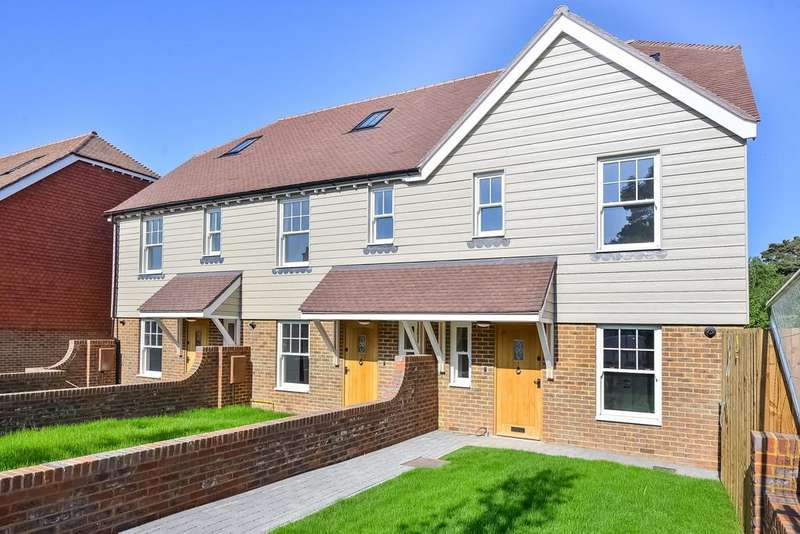 4 Bedrooms End Of Terrace House for sale in Brighton Road, Handcross, RH17
