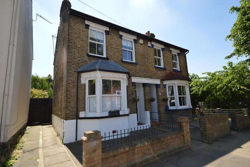 3 Bedrooms Semi Detached House for sale in Malvern Road, Hornchurch, Essex, RM11