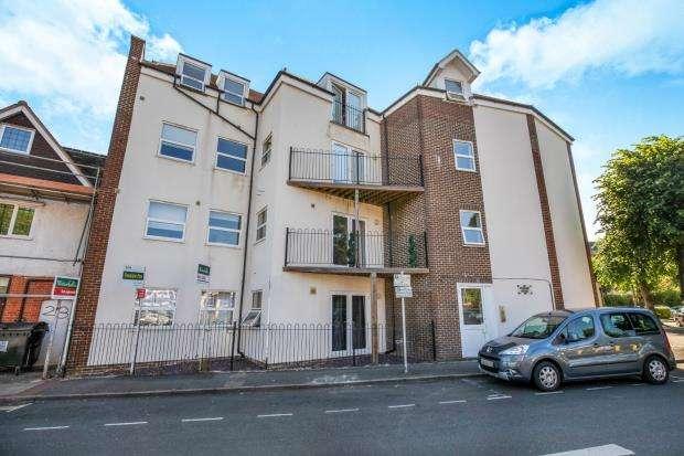 2 Bedrooms Flat for sale in 23 Rosemount Avenue, West Byfleet, Surrey