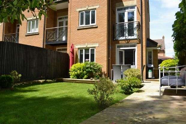 4 Bedrooms Town House for sale in Manderville Close, Spinney Hill, Northampton NN3 6QE