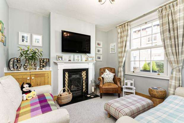 2 Bedrooms Terraced House for sale in Leatherhead, Surrey