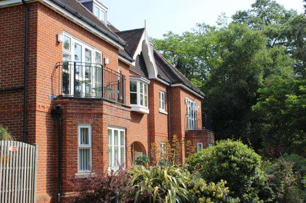 2 Bedrooms Flat for sale in Snows Ride, Windlesham, Surrey