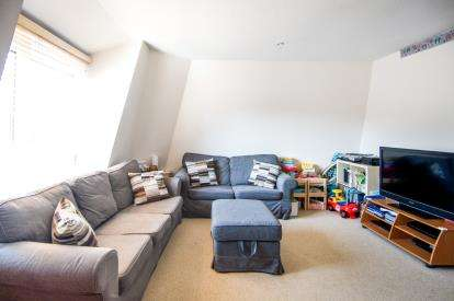 2 Bedrooms Flat for sale in Whewell Road, London
