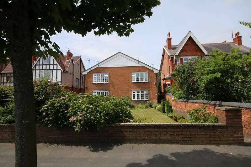 2 Bedrooms Flat for sale in Norwood Avenue, Southport