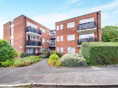 2 Bedrooms Flat for sale in Woodford, Green, Essex
