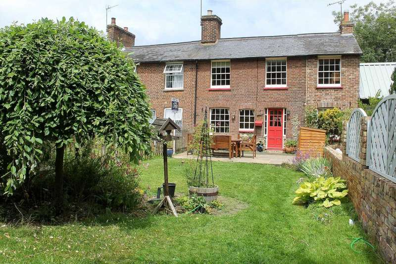 3 Bedrooms House for sale in RARELY AVAILABLE 3 BEDROOM DOUBLE FRONTED CHARACTER HOME IN Bradden Cottages, Gaddesden Row