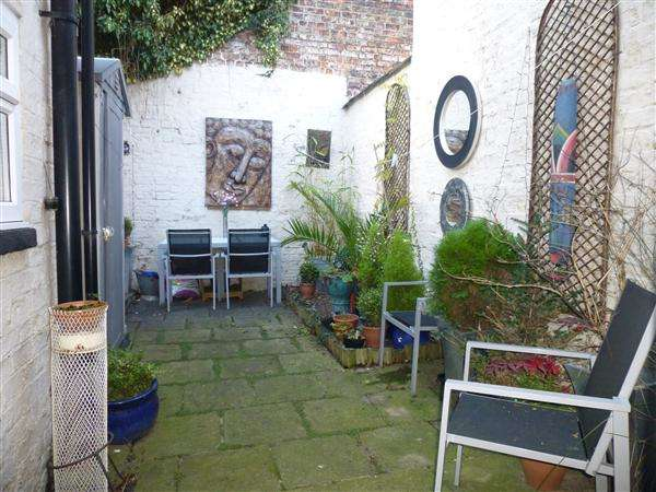 2 Bedrooms Terraced House for sale in Brownlow Street, The Groves, York, YO31 8LW