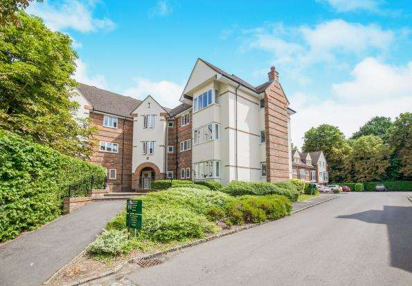 2 Bedrooms Flat for sale in Pyrford, Surrey