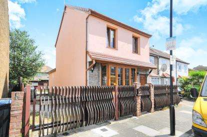 4 Bedrooms Detached House for sale in Oakhurst Road, Enfield