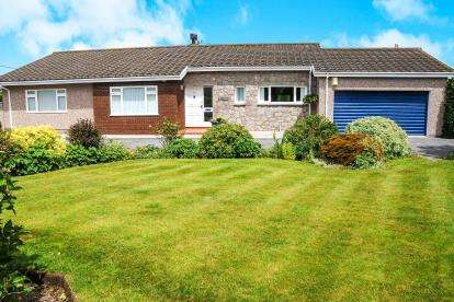 3 Bedrooms Bungalow for sale in Copperfield Close, Valley, Holyhead, Sir Ynys Mon, LL65