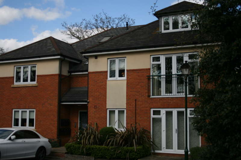 2 Bedrooms Flat for sale in NORTH ASCOT - 2 Bedroom First Floor Flat within small gated development