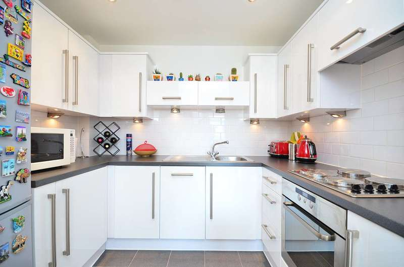 2 Bedrooms Flat for sale in Prince Regent Road, Hounslow, TW3
