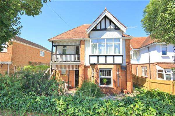 2 Bedrooms Apartment Flat for sale in Woodside Road, Poole