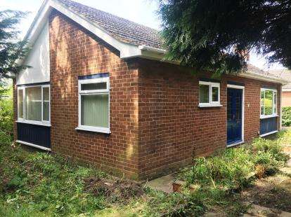 2 Bedrooms Bungalow for sale in Gatesheath Drive, Upton, Chester, Cheshire, CH2