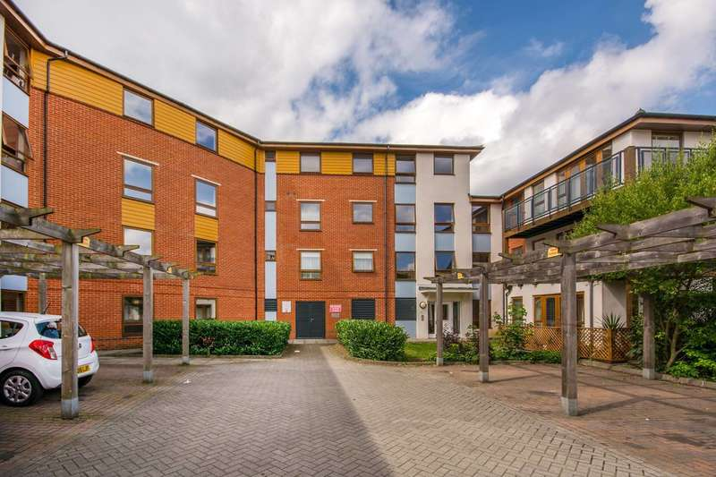 2 Bedrooms Flat for sale in Clarke Close, Croydon, CR0