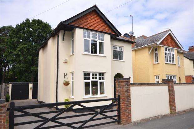 4 Bedrooms Detached House for sale in Gordon Road, Camberley, Surrey