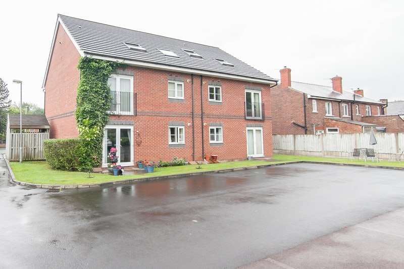 2 Bedrooms Flat for sale in Johnson Street, Manchester, Greater Manchester, M46