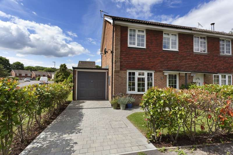 3 Bedrooms Semi Detached House for sale in The Fieldings, Southwater