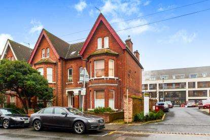 2 Bedrooms Maisonette Flat for sale in Conduit Road, Bedford, Bedfordshire, .