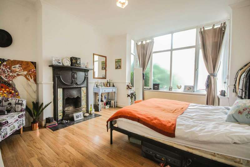 2 Bedrooms Flat for sale in Fairlop Rd, Leytonstone