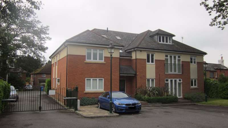 2 Bedrooms Ground Flat for sale in New Road, Ascot - 2 Bedroom Ground Floor Flat
