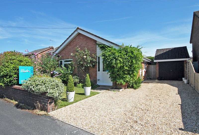2 Bedrooms Detached Bungalow for sale in Hungerfield Close, Bransgore, Christchurch