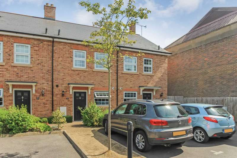 3 Bedrooms Terraced House for sale in Jubilee Gardens, Tring