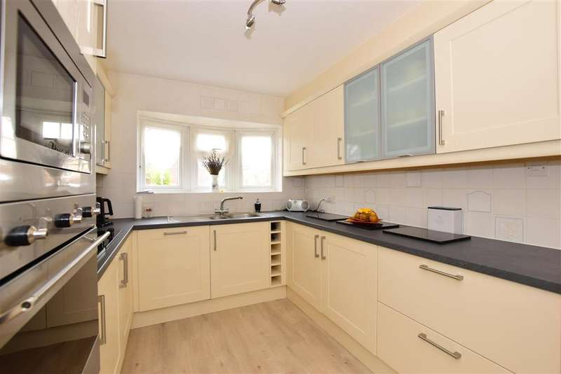 3 Bedrooms Detached House for sale in Longfield, Loughton, Essex