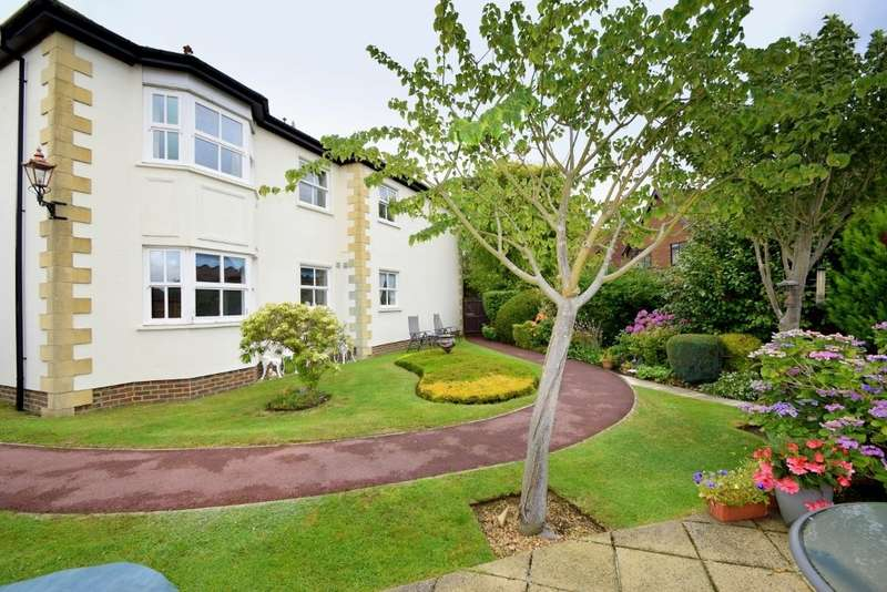 3 Bedrooms Flat for sale in The Lodge, St Judes Close, Englefield Green, TW20